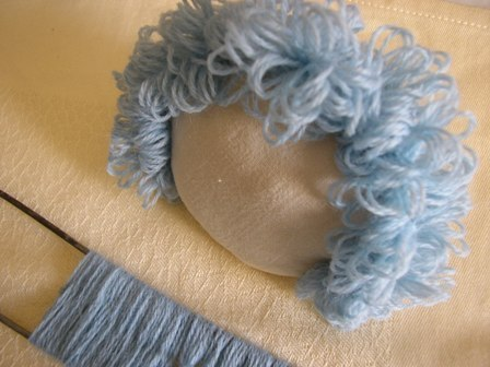 Как сделать волосы кукле из пряжи
