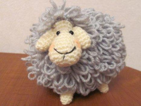 пушистая вязаная овечка