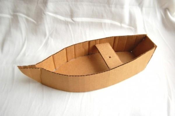 корабль из бумаги и картона