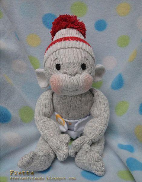 серая обезьянка из носков