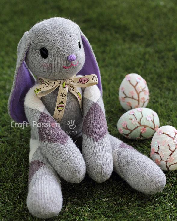 серый заяц из носка