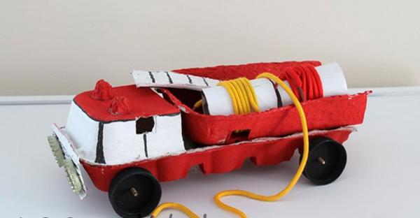Пожарная машина из яичных ячеек