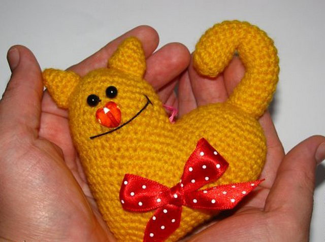 желтый кот-сердце