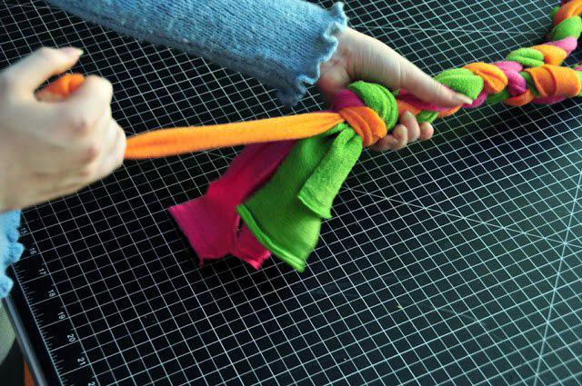 Плетеная игрушка из флиса для собаки-5