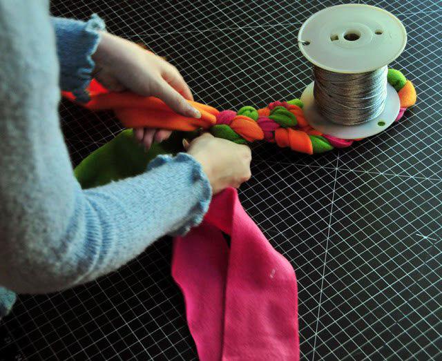 Плетеная игрушка из флиса для собаки