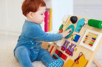 Мальчик сидит возле игрушки