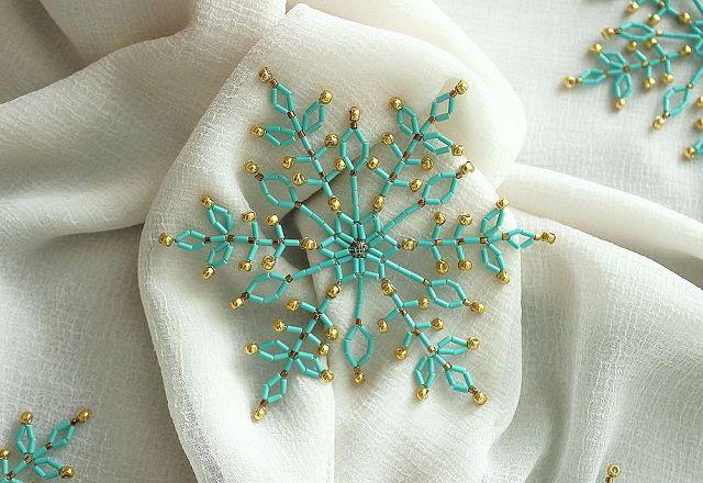 голубая снежинка из бисера