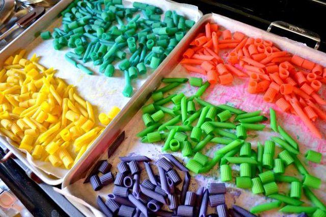 Разные цветные макаронные изделия
