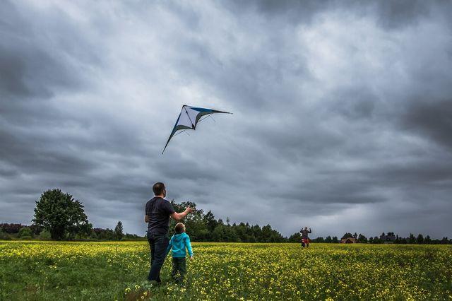 Отец с сыном в поле