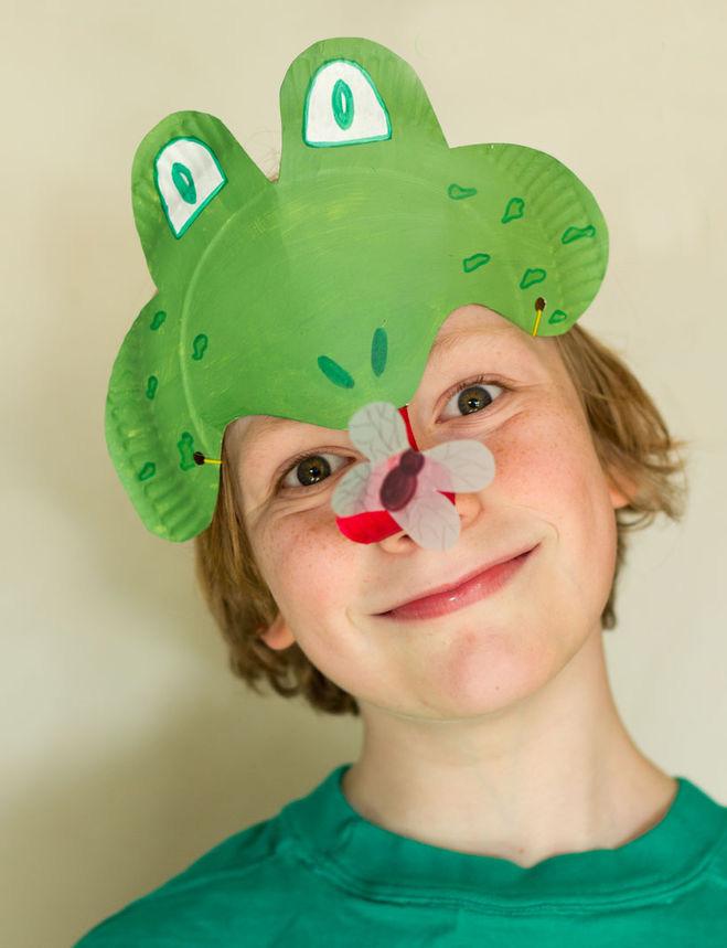 мальчик в маске лягушки