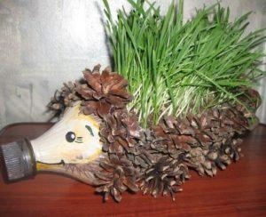 ezhik-iz-shishek1-300x244 Поделки из шишек и пластилина для детей, сова из шишки и пластилина своими руками, сова и ежик для ребенка
