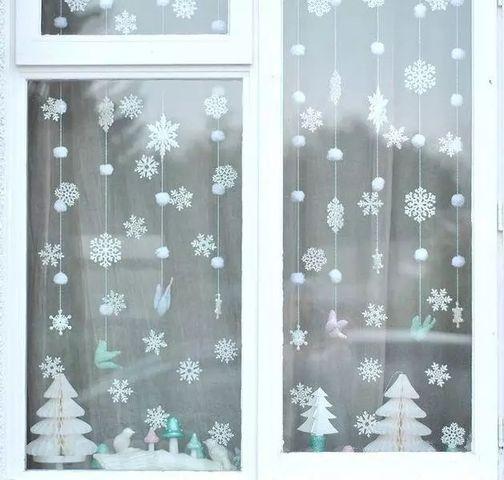 окно с гирляндой