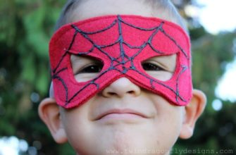 Мальчик в маске человека паука