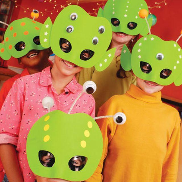 Дети в масках инопланетян