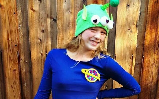 Девочка с маской-шапкой