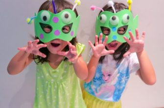 Две девочки в масках