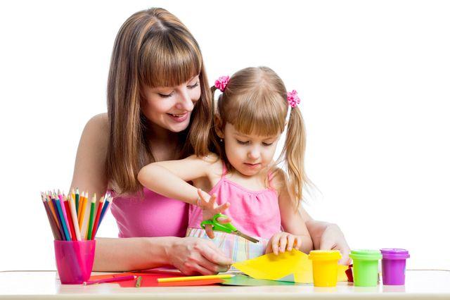 Мама занимается с дочкой аппликацией