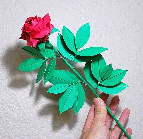 Бумажный цветок в руке