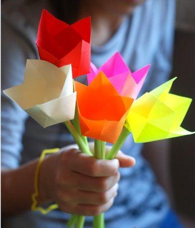 Бумажные цветы в руке