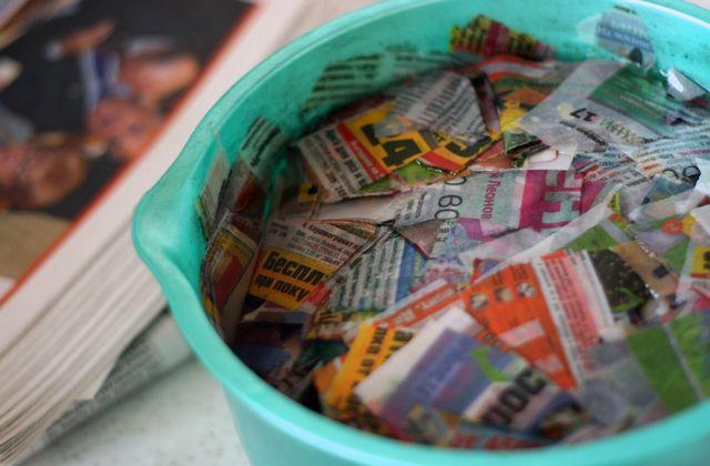 Резанные газеты в тазике