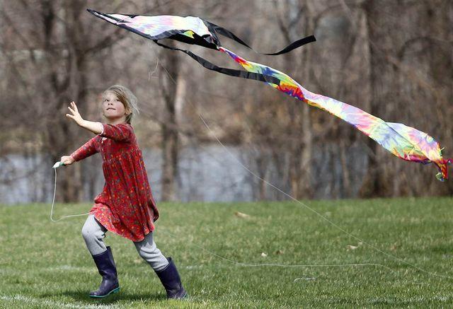 Девочка бежит по опушке